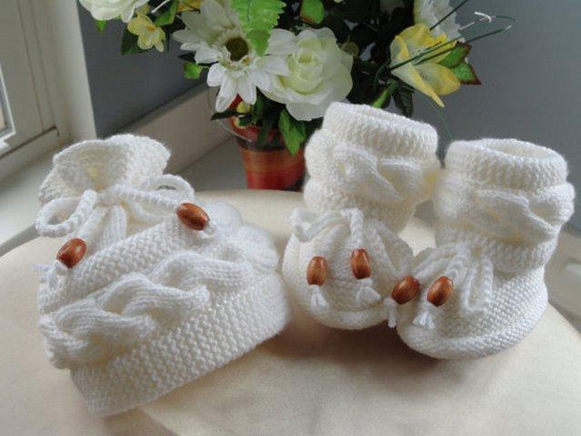 Вязаные сапожки и вязаные шапочки для детей
