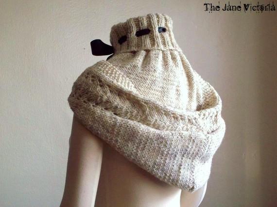 ее вязаные шарфы—капюшоны