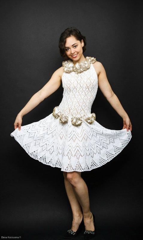белое вязаное платье спицами
