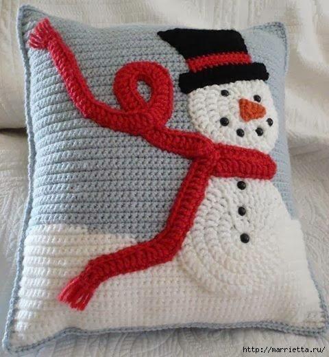 вязаная подушка новогодняя